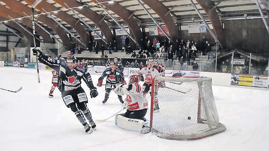 Drei Tore innert 32 Sekunden: Vitezslav Dum schiesst das letzte dieser Reihe zum 4:2 für die Red Lions Reinach – statistisch gesehen das sogenannte Gamewinning Goal. (Bild: mars.)