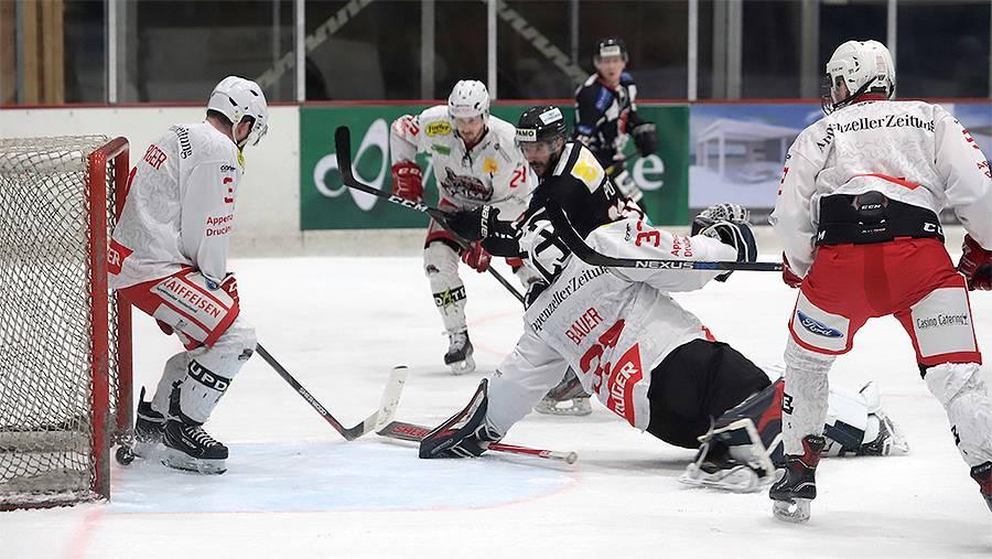 Red Lions Reinach, Stefano Pons (Mitte, in schwarz) erzielt das 4:6 - Schlussresultat: Red Lions Reinach – SC Herisau 4:7 (1:0, 0:4, 3:3)